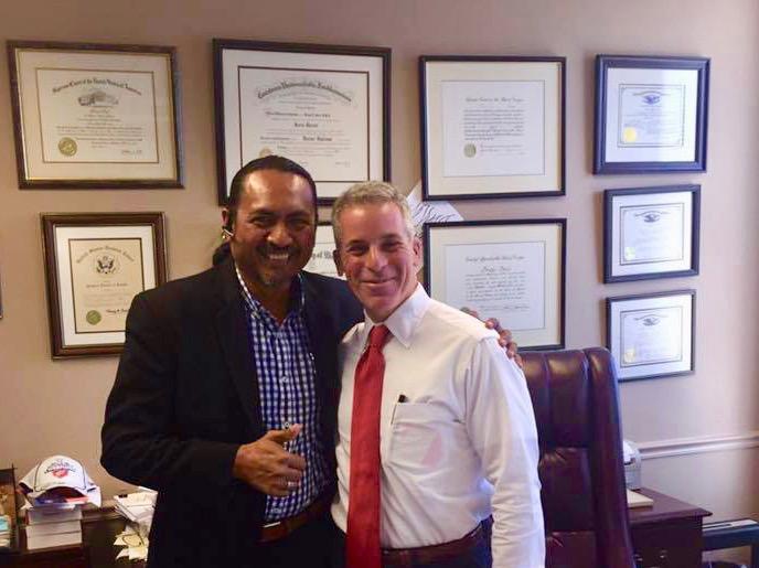 Abath Ramírez (izq) con uno de los abogados de Ramírez y Asociado