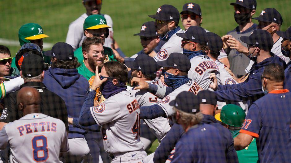 Trifulca en el béisbol: Alex Cintrón, coach boricua de los Astros, fue suspendido 20 juegos