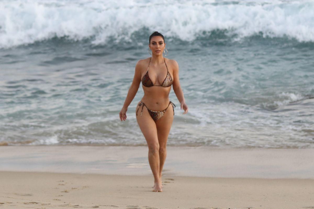 Regresó Joselyn Cano, la Kim Kardashian mexicana, con un bodysuit azul celeste y transparente