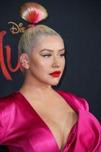 Christina Aguilera deja ver parte de sus senos a través de un sensual vestido
