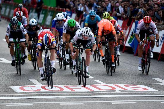 Fabio Jakobsen (blanco) cruzando la meta en el Tour de España.