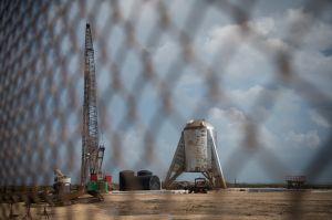 El prototipo de nave espacial de SpaceX vuela cientos de pies por primera vez