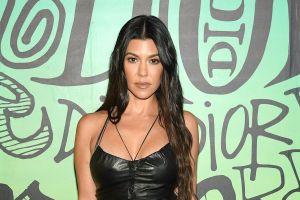 Kourtney Kardashian luce espectacular en un yate, modelando un traje de baño metalizado