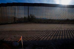 Muere migrante tras caer del muro fronterizo en Arizona