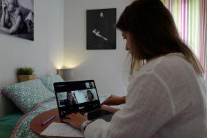 ¿Por qué estás más cansado al trabajar en casa? Un estudio revela que las jornadas son 40 minutos más largas y se tienen más reuniones que antes de la pandemia