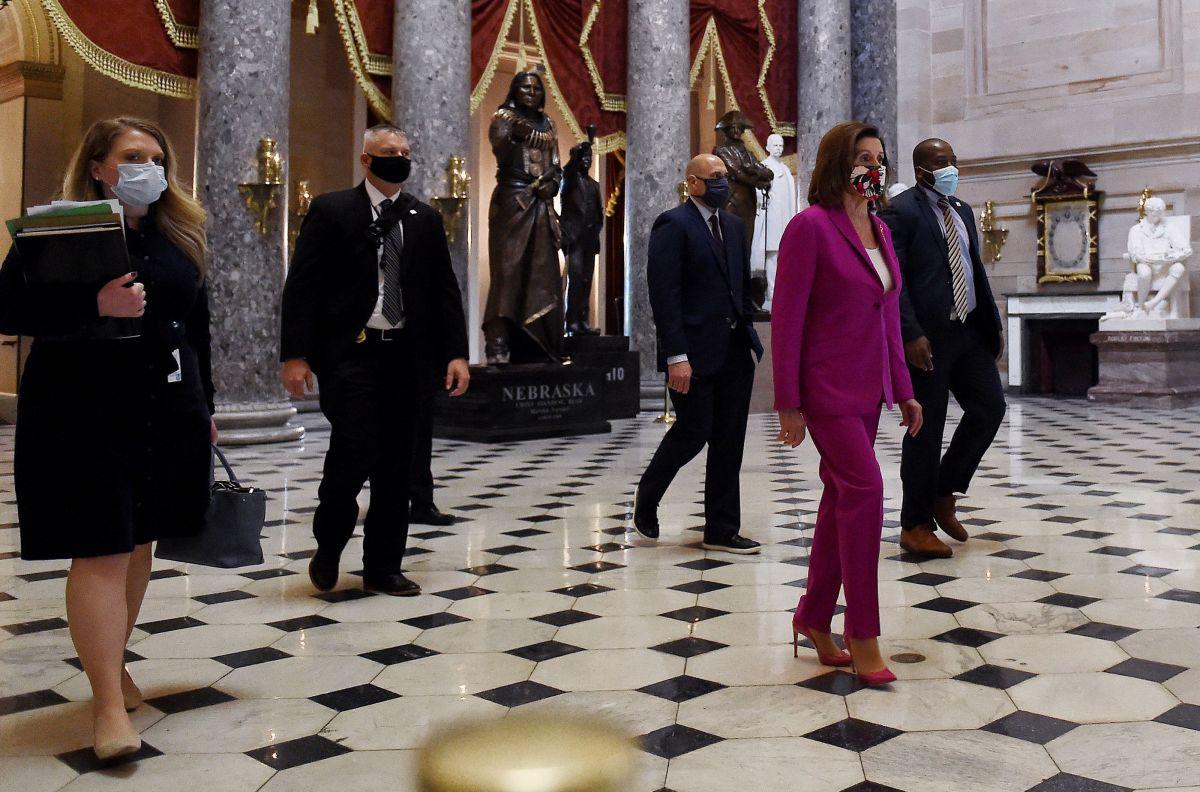 Nancy Pelosi (al frente) es la líder de la mayoría demócrata en la Cámara de Representantes.