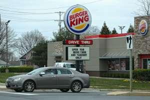 "Video: Cliente ""racista"" cachetea a empleado de Burger King y termina despedido"