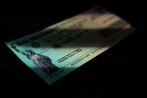 El escandaloso caso de los retrasos en los cheques de estímulo que afecta a California y que el IRS busca solucionar