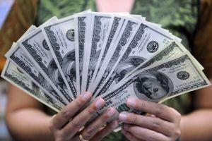 Un grupo de personas recibió una gran sorpresa cuando esperaban un cheque de ayuda y recibieron dinero extra de un desconocido