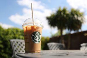 Starbucks busca reducir a la mitad el uso de agua en el procesamiento de su café verde para 2030