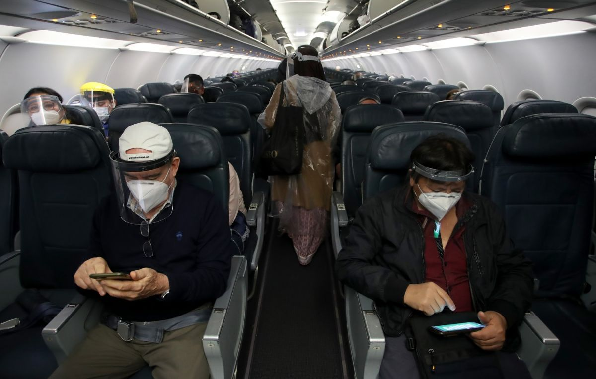 Los pasajeros de las aerolíneas deben usar mascarillas durante todo el vuelo.