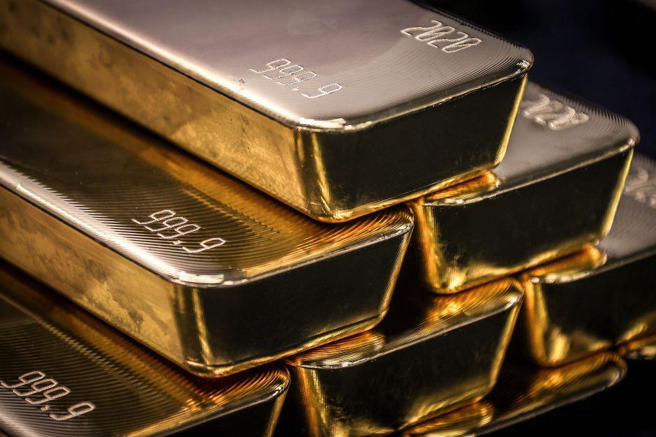 Por qué el precio del oro superó el récord de los $2,000 dólares por onza mientras continúan los brotes de coronavirus