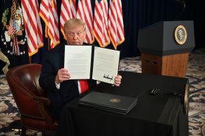 Trump firma órdenes ejecutivas de alivio temporal, la ayuda por desempleo se reduce de $600 a $400 dólares semanales