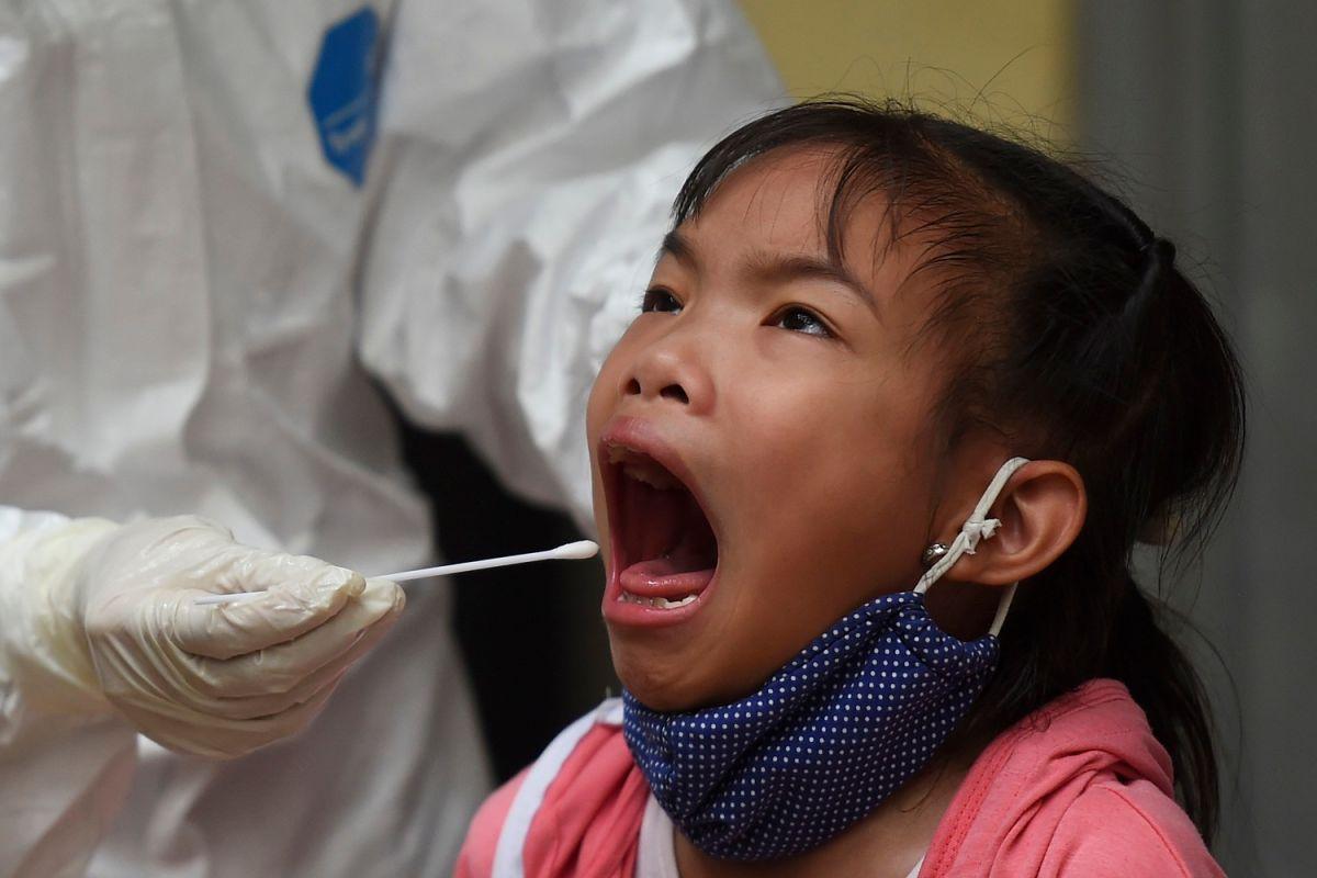 Una niña es sometida a una prueba de COVID-19.