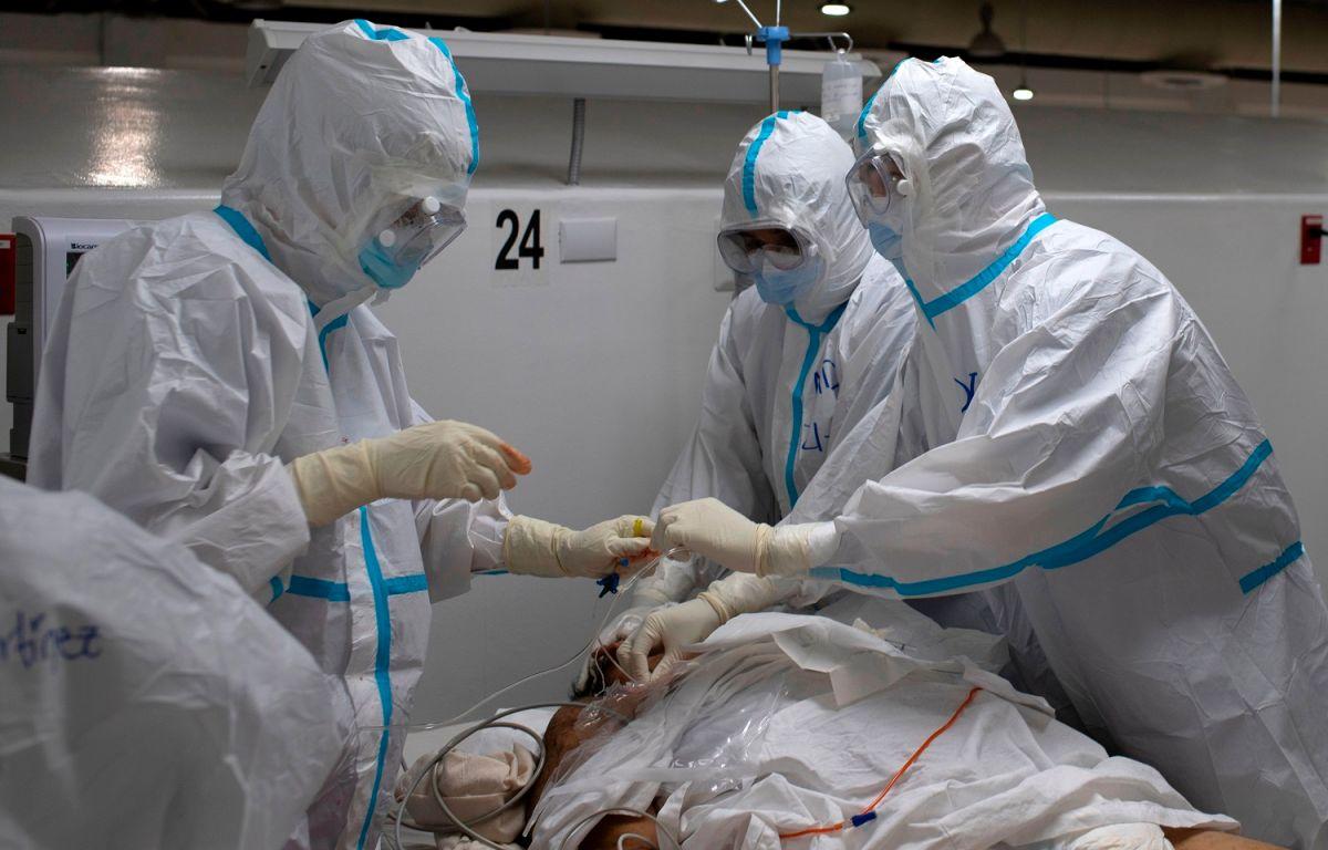 Un equipo médico atiende a un enfermo de COVID-19 en El Salvador.