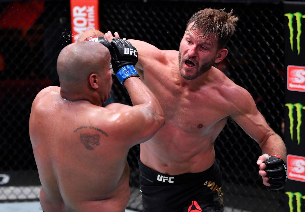 VIDEO: Daniel Cormier pierde la visibilidad temporalmente después de que le picaran el ojo en UFC 252