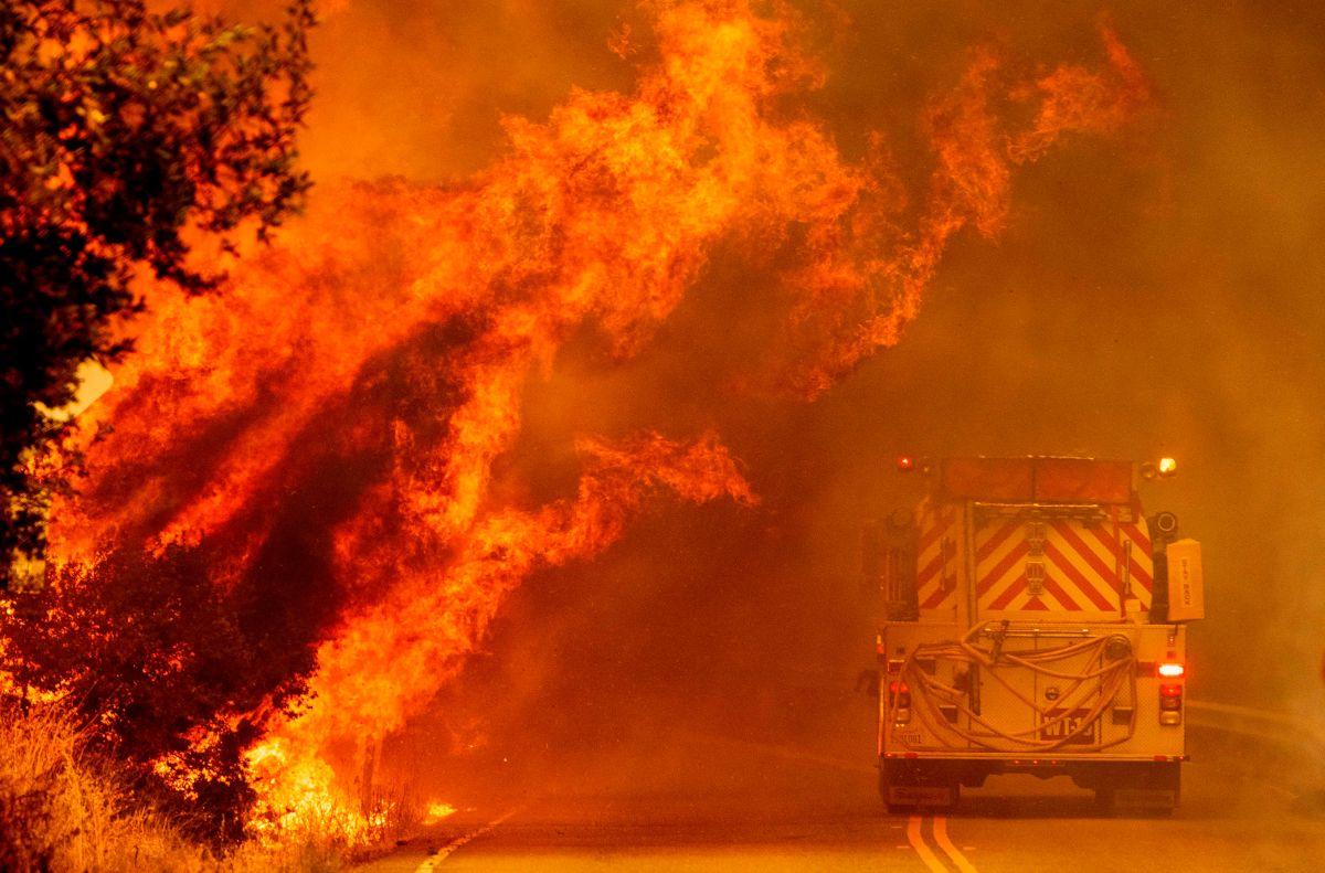 California ahora enfrenta a tres de los cuatro mayores incendios de su historia