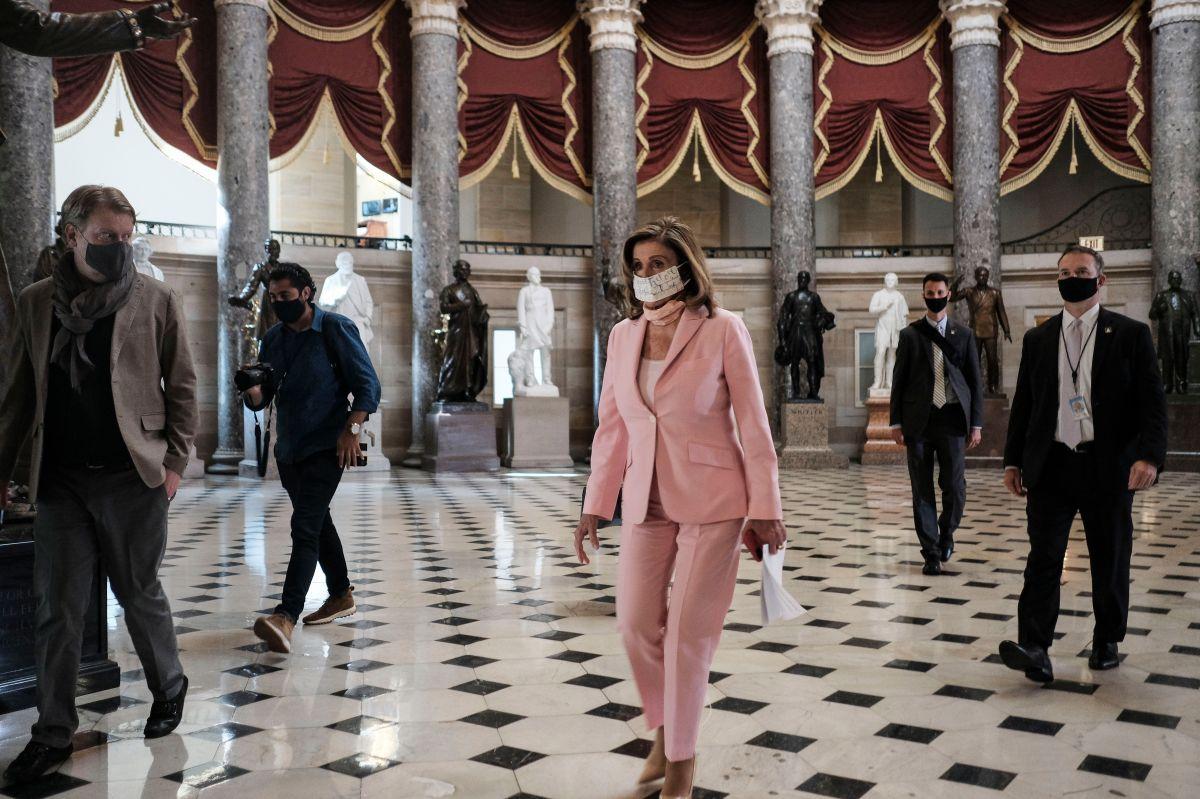 Nancy Pelosi durante la votación de este sábado en la Cámara de Representantes.