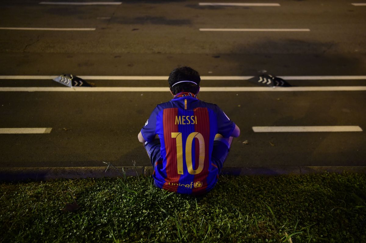 Un fan en las afueras del Camp Nou de Barcelona.