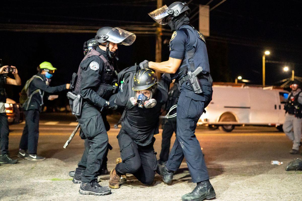 """Se intensifican conflictos raciales y Trump exige """"ley y orden"""""""