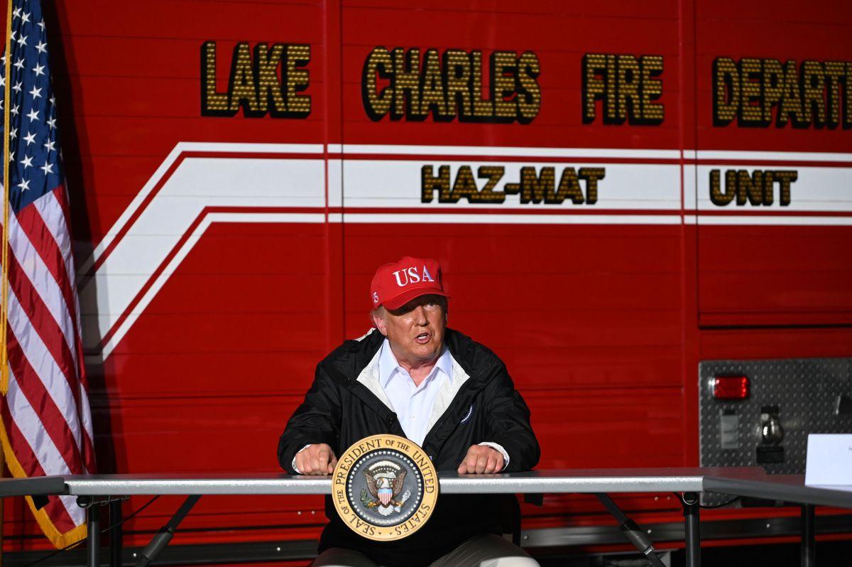 Trump firma autógrafos en zona devastada por huracán Laura y sugiere que los vendan en eBay por $10,000