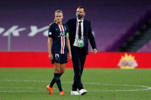 VIDEO: Entrenador del PSG Femenil toca indebidamente a jugadora que fue sustituida
