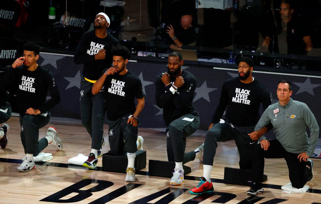 LeBron James haciendo el gesto de Wakanda por siempre.