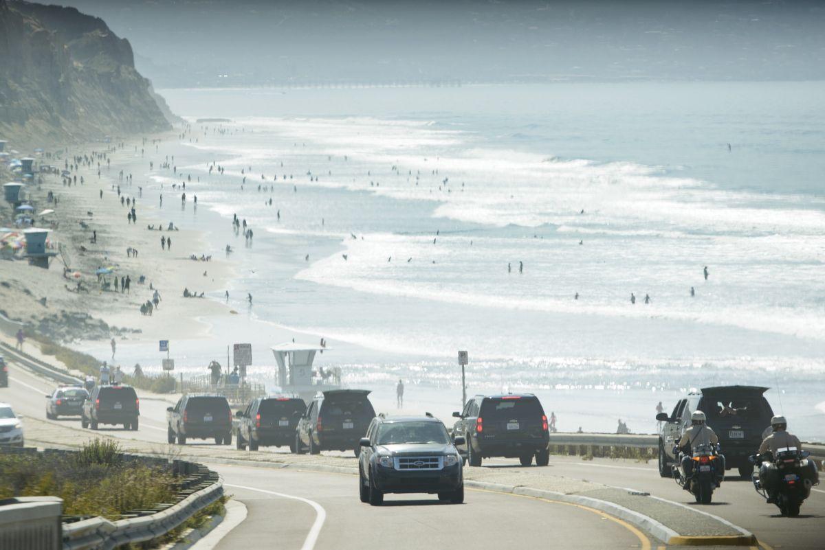 Foto de archivo de caravana presidencial pasando por Torrey Pines State Beach.