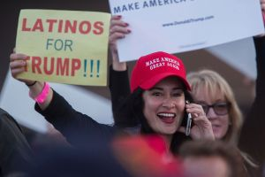 Un grupo de hispanos recibe con mucha alegría al autobús de campaña de Donald Trump en Texas
