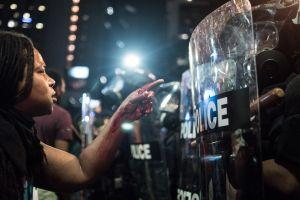Amnistía Internacional denuncia 125 ataques de la policía contra manifestantes en EE.UU.
