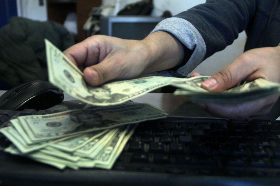 A cuánto se vende el dólar hoy en México: El peso tropieza