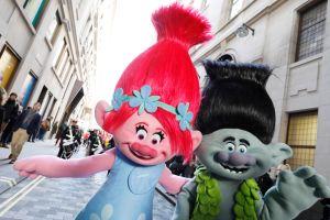 """Hasbro retira de las tiendas la muñeca """"Poppy"""" de la película Trolls World Tour en medio de quejas por tener un botón parlante debajo de su falda"""