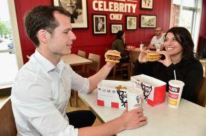 """""""Está para chuparse los dedos"""": KFC suspende su icónica frase durante la pandemia de coronavirus"""