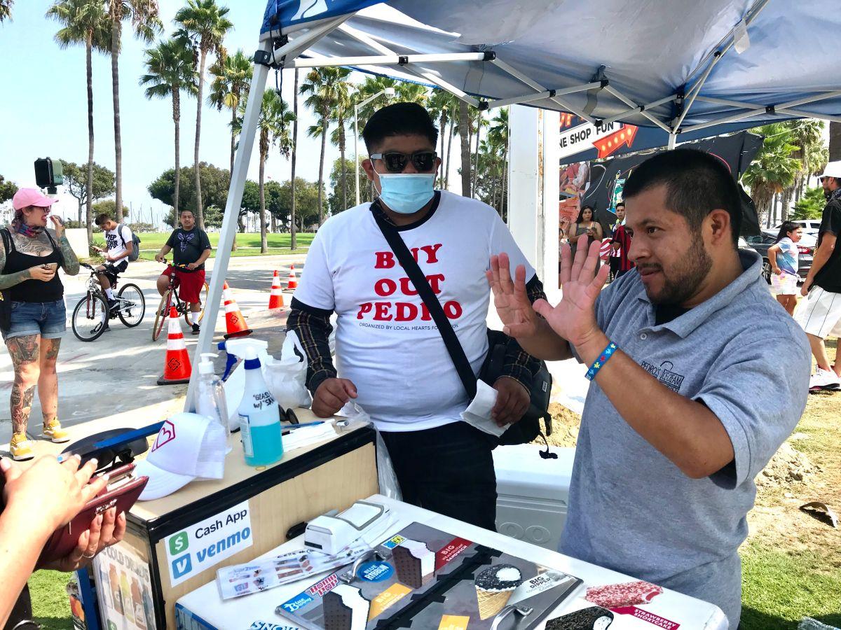 Pedro se comunica con sus clientes a señas.