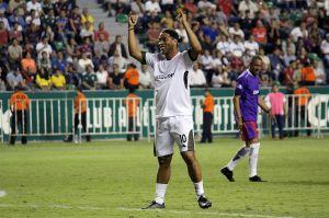 Regalo en su encierro: Ronaldinho ya tiene botines personalizados para volver a jugar fútbol