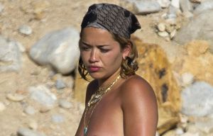 Paparazzi: sorprenden a Rita Ora tomando el sol topless en Ibiza
