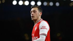 Arsenal despedirá a 55 empleados, mientras Ozil gana $459,000 dólares por semana y no juega