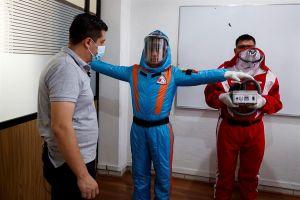 Empresario mexicano se inspira en Star Trek para crear traje inflable contra COVID-19
