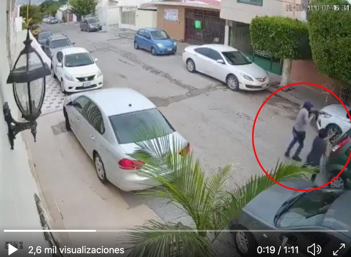 VIDEO: Sicarios asesinan a policía; momento del ataque armado es captado por cámara