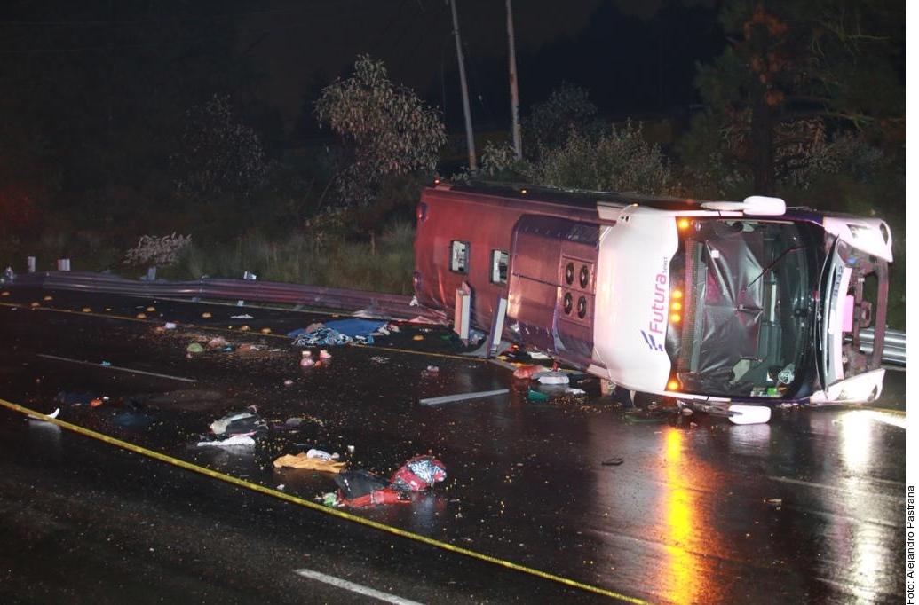 Al menos 13 muertos deja accidente de bus en carretera de México