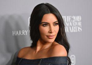 El diminuto bikini de Kim Kardashian y su atrevida pose dentro del closet