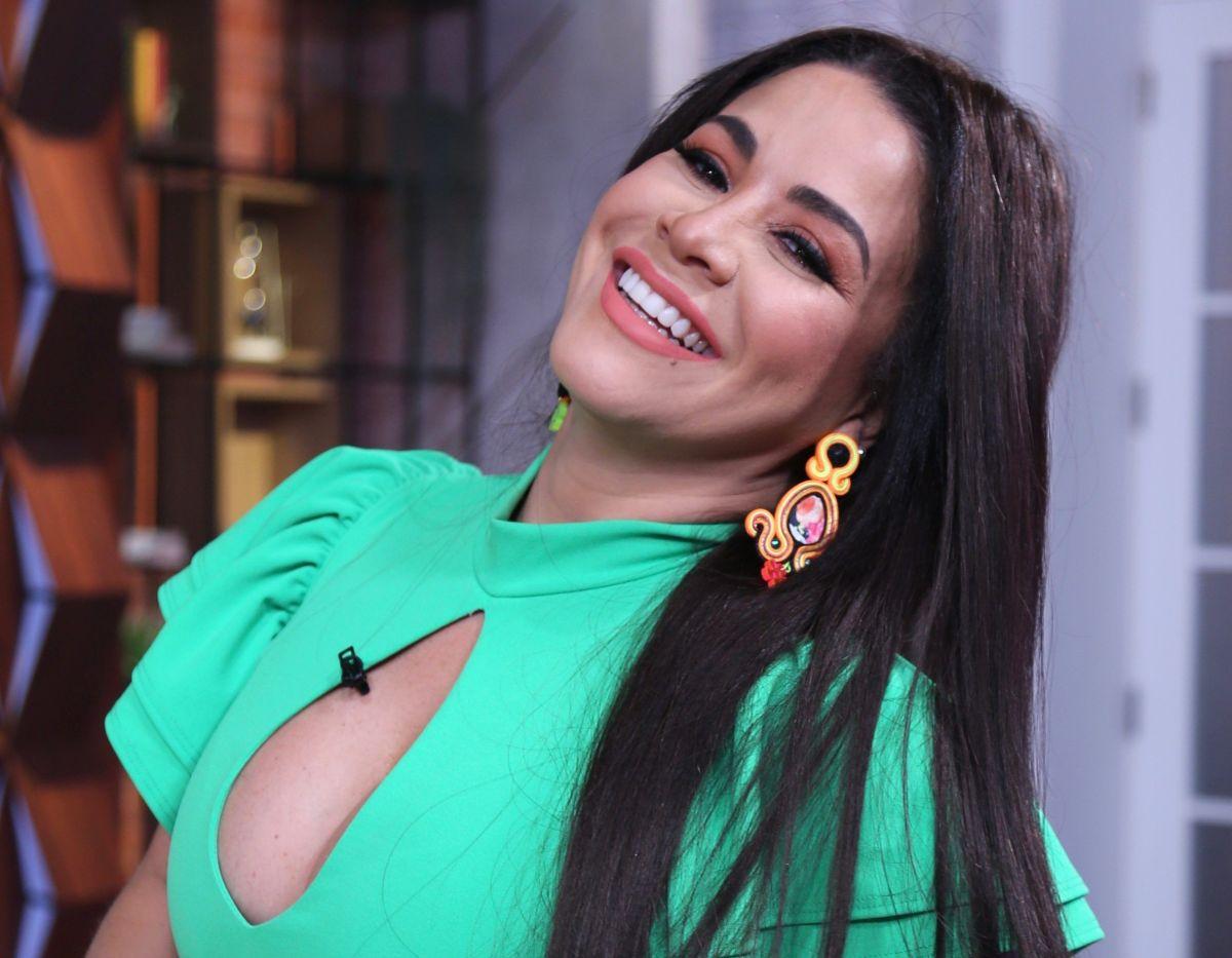 Carolina Sandoval en tanguita presumiendo la retaguardia en su 'Trasnocho'