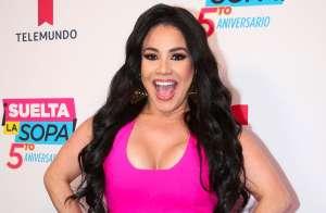 Carolina Sandoval exhibe sus voluptuosos encantos en bikini azul con escote de escandalo