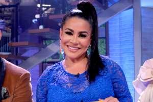 ¡Epic fail! Carolina Sandoval no puede evitar caer sobre su esposo al intentar recrear baile