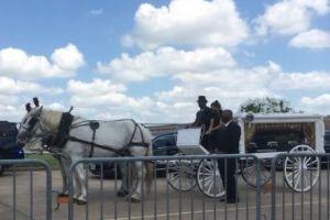 """VIDEO: Emotivo recorrido en carroza durante el funeral de Vanessa Guillén; su hermana lloró al escuchar la canción """"Como la Flor"""""""