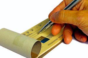 3 formas de cambiar un cheque sin tener una cuenta bancaria