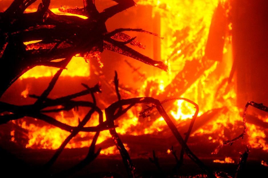 Piloto de helicóptero muere combatiendo incendios en California