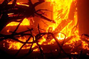 Escape del infierno: espeluznante video muestra evacuación en un vehículo rodeado por el fuego