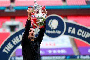 ¡Otra vez rompieron la Copa! El Arsenal tiró la FA Cup en el festejo del campeonato