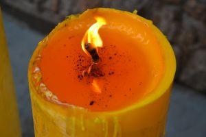 Ritual con vela amarilla: La manera más sencilla y poderosa de atraer el dinero